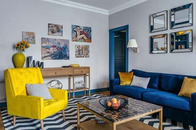 45. Tapete chevron na sala com sofá azul e poltrona amarela – Foto Follow the Colours