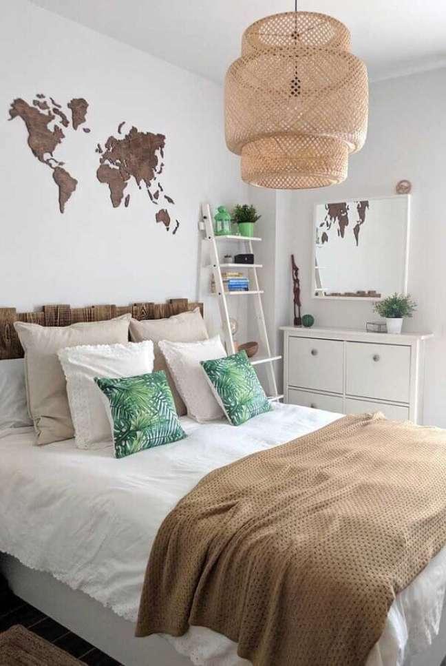 22. Cômoda branca para quarto de casal decorado com lustre rústico e cabeceira de madeira – Foto: Pinterest