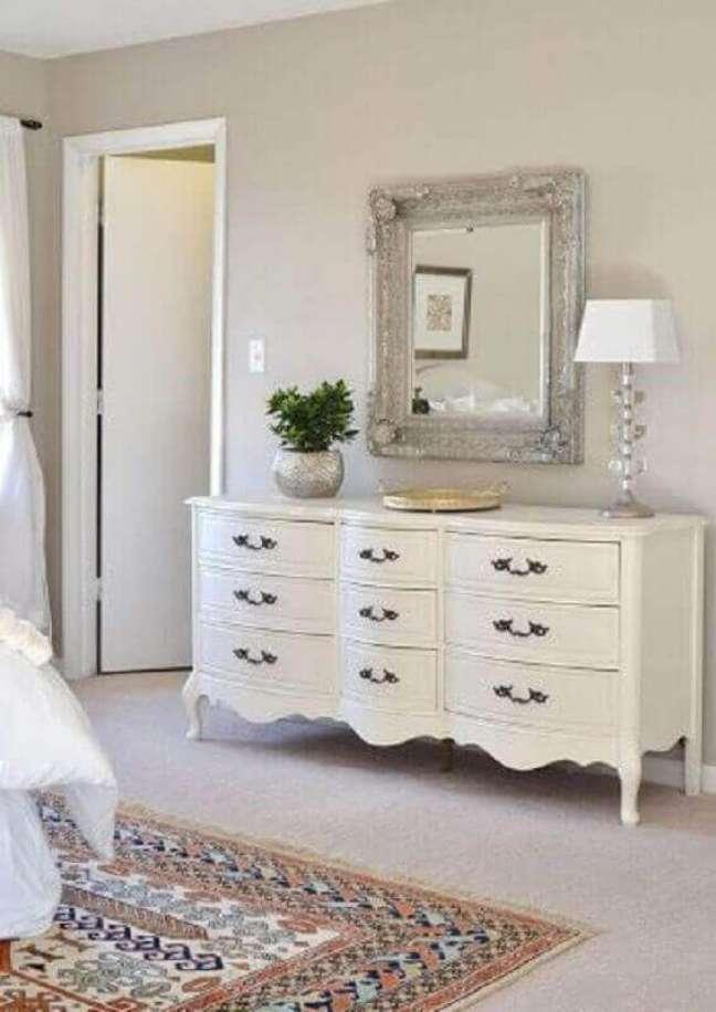 4. Decoração clássica para quarto com cômoda retrô branca e espelho de parede – Foto: Pinterest