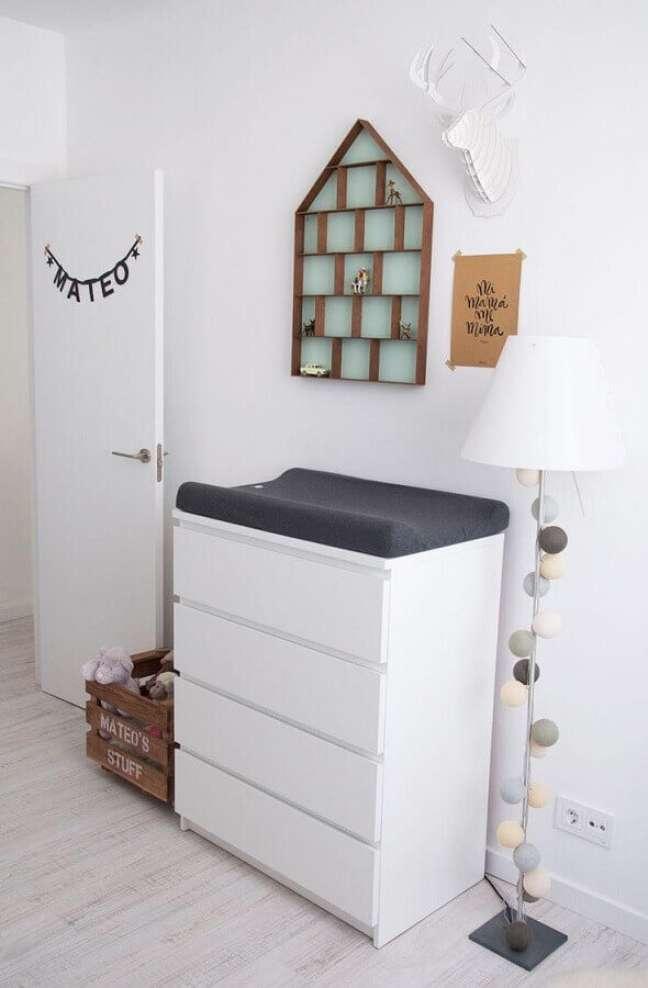 51. Decoração para quarto de bebê com cômoda alta branca com trocador – Foto: Pinterest