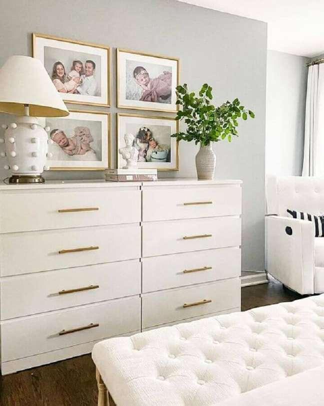 47. Decoração em cores claras para quarto de casal com cômoda alta branca – Foto: Apartment Therapy