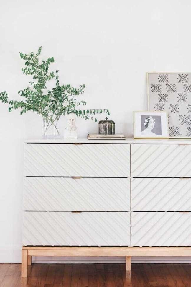 48. Decoração minimalista com cômoda branca com pés de madeira – Foto: Pinterest