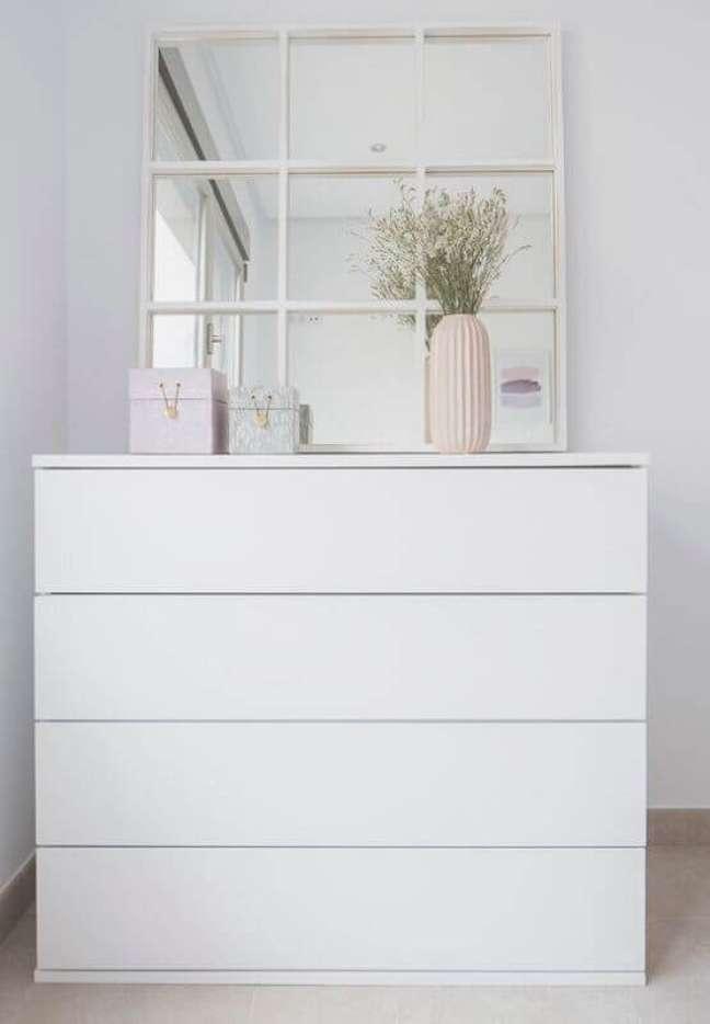 49. Decoração minimalista com espelho quadrado e cômoda branca – Foto: Pinterest