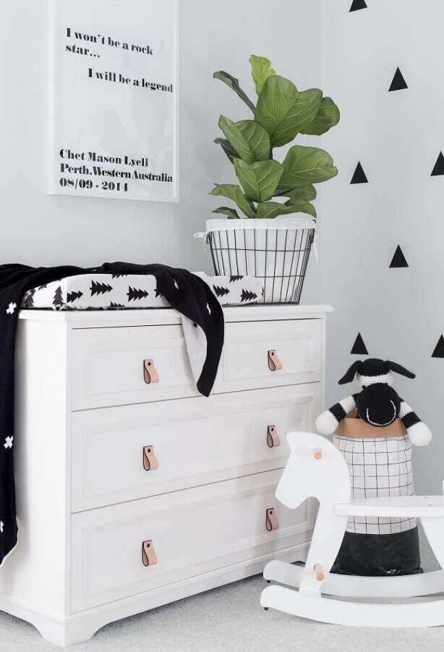 45. Decoração de quarto infantil com cavalinho de madeira e cômoda branca – Foto: Pinterest