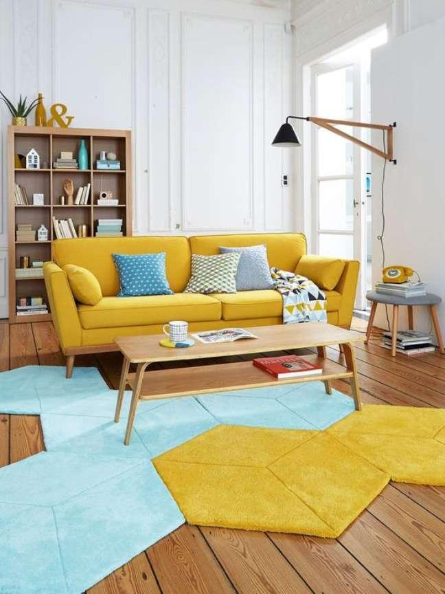 23. Sala retrô com sofá amarelo pé palito – Foto Micasa Revista