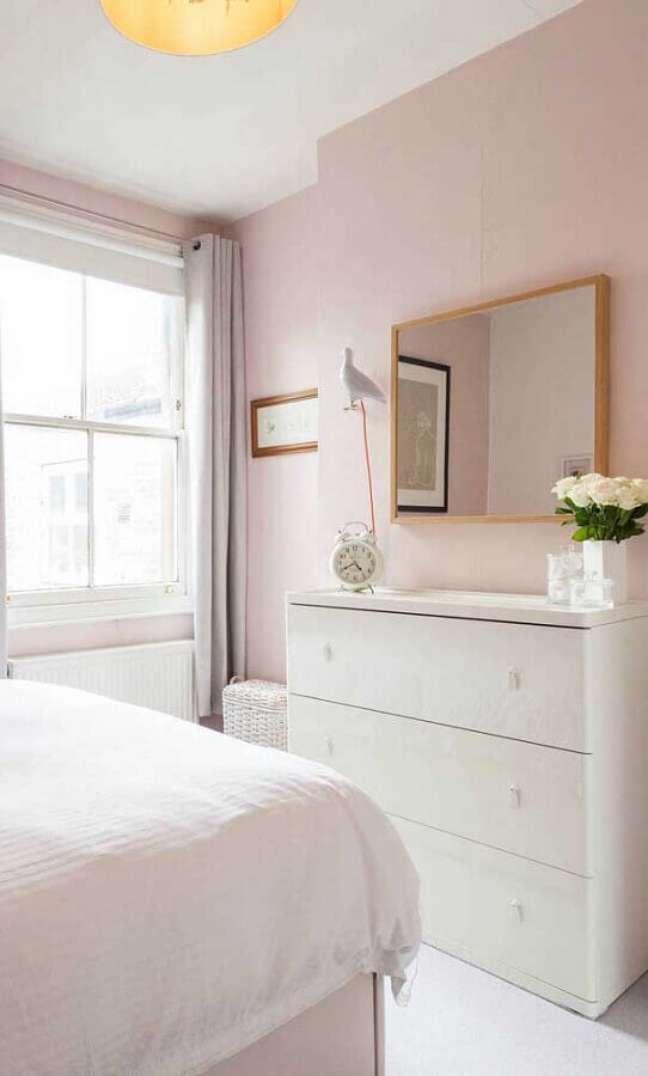 59. Quarto rosa claro decorado com cômoda branca e espelho de parede – Foto: Pinterest