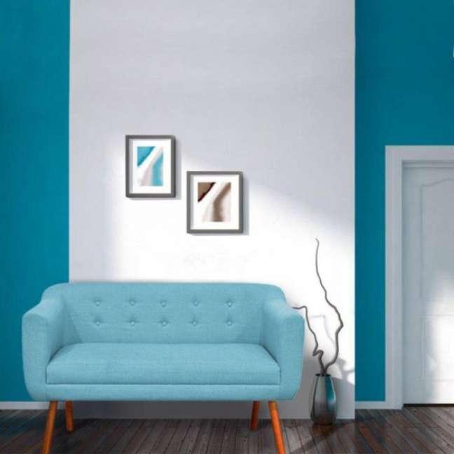 28. Sofá azul com pé de palito e decoração sofisticada – Foto Pinterest