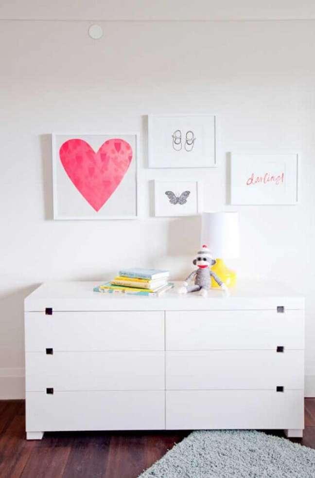 35. Decoração clean para quarto com cômoda branca baixa – Foto: Casa de Valentina
