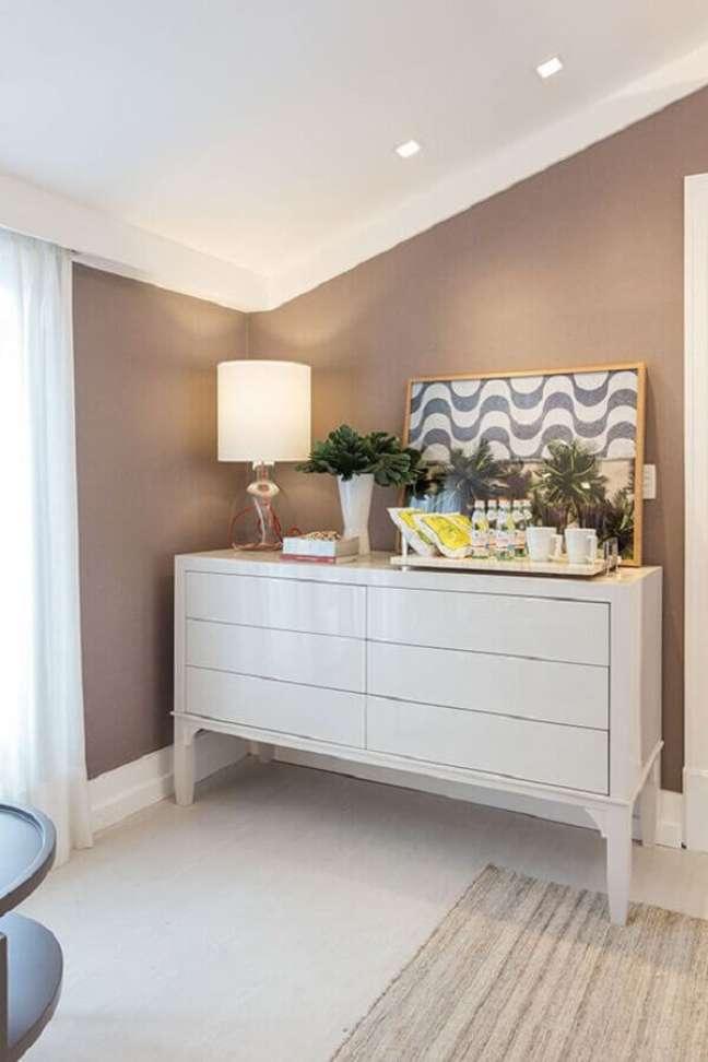 14. Abajur de vidro para decoração de quarto com cômoda alta branca – Foto: Constance Zahn