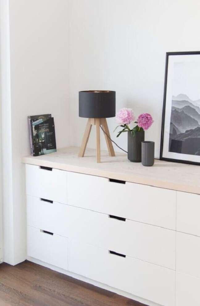39. Decoração de cômoda branca com abajur pequeno e vasos de flores – Foto: Pinterest
