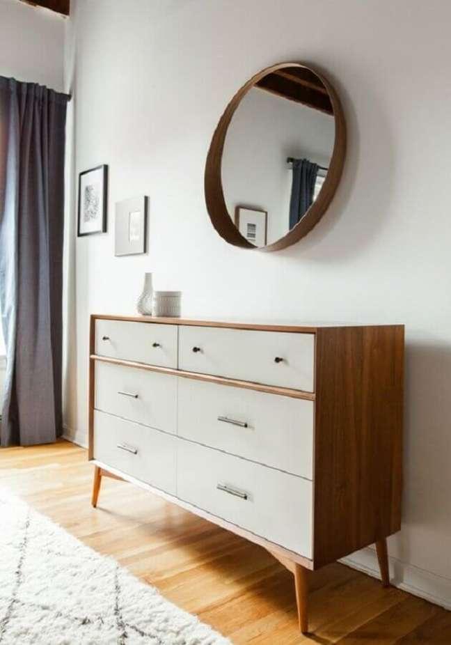 42. Decoração de quarto com espelho redondo e cômoda branca com madeira – Foto: Home Fashion Trend
