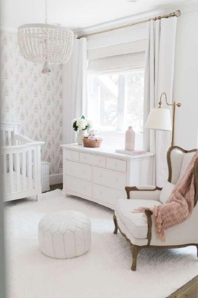 21. Cômoda branca para quarto de bebê decorado com poltrona provençal e lustre redondo – Foto: Ali Manno