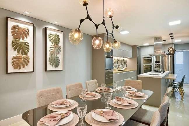 10. O lustre pendente sobre a mesa de jantar confere um toque charmoso para o décor. Foto: Sidney Doll