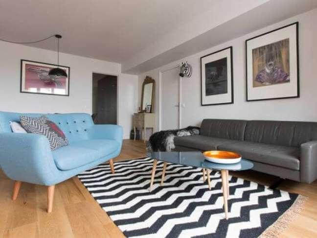 19. Sala de estar com tapete chevron preto e branco e sofá pé palito – Foto Maison Apart