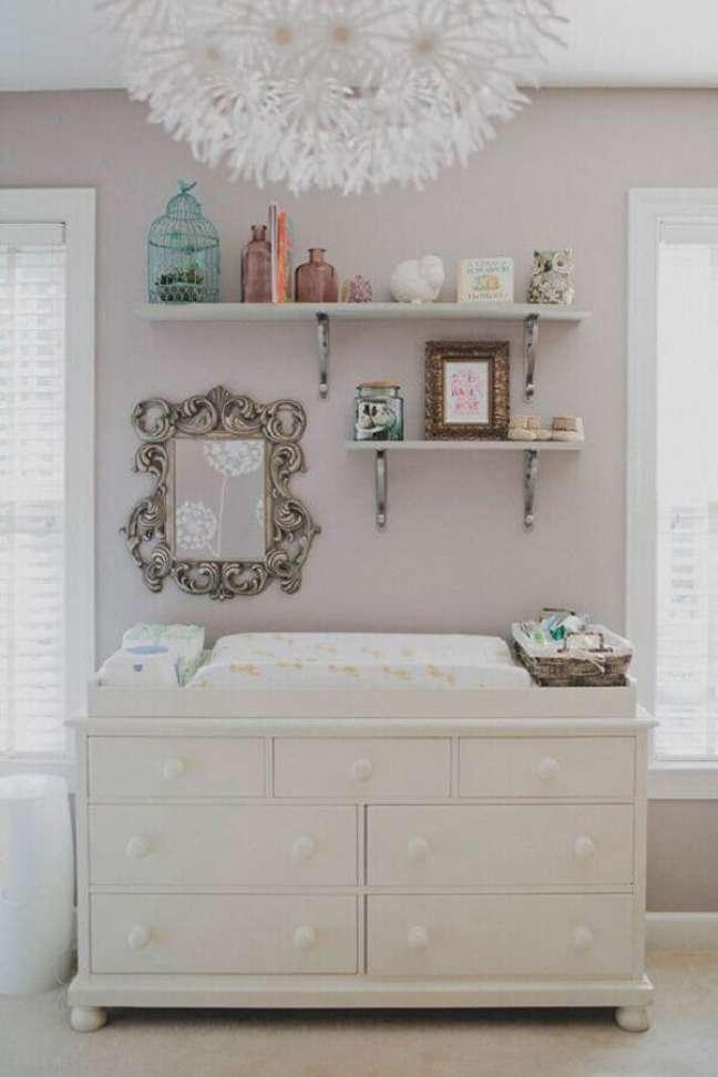 15. Cômoda branca baixa com trocador para decoração de quarto de bebê em cores claras – Foto: Pinterest