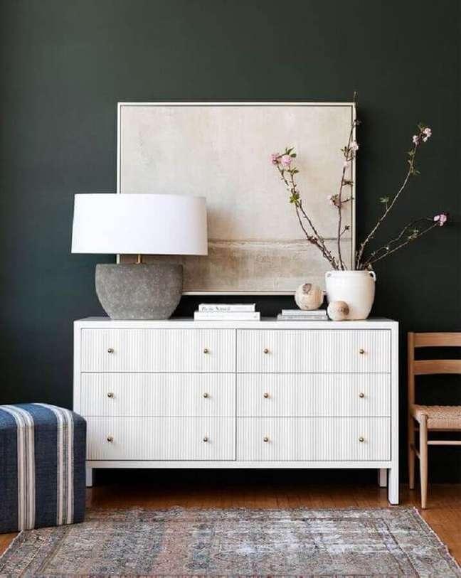 41. Decoração de quarto com abajur moderno para cômoda branca e parede preta – Foto: McGee & Co.