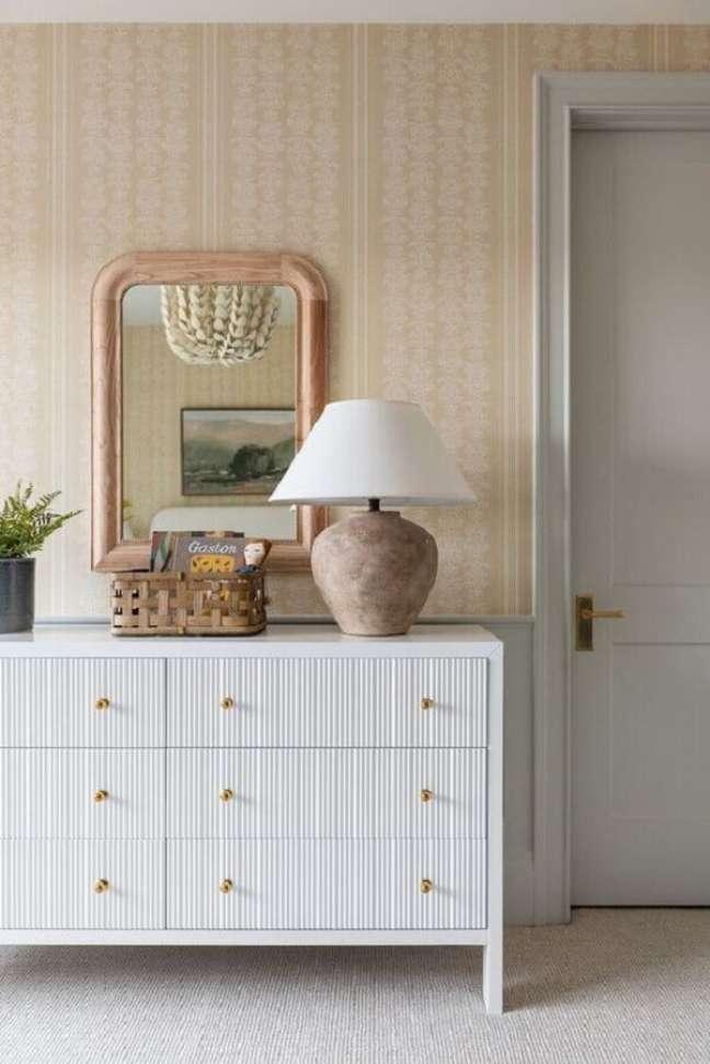 1. Cômoda branca baixa para decoração de quarto com papel de parede bege – Foto: The House of Perez