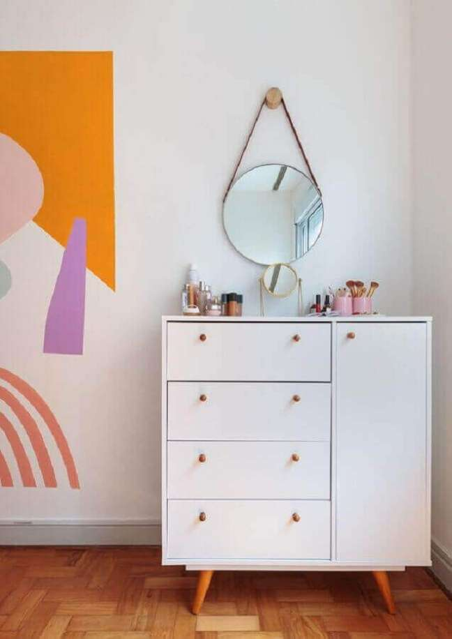 5. Decoração simples para quarto feminino com espelho redondo e cômoda branca com sapateira – Foto: Histórias de Casa