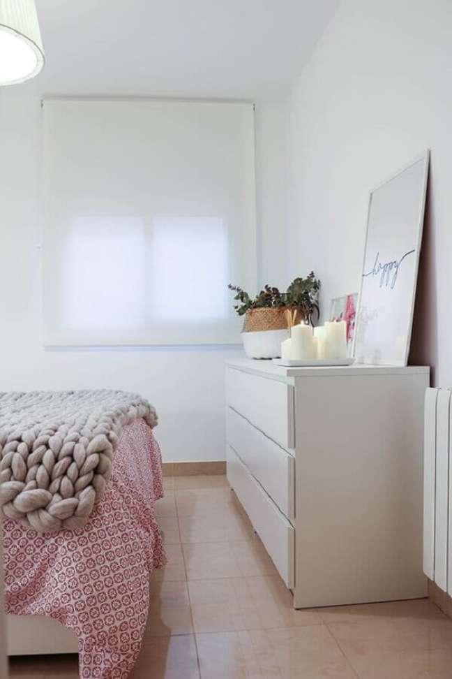 54. Quadro apoiado em cômoda branca grande para decoração de quarto de casal – Foto: Boho Deco Chic