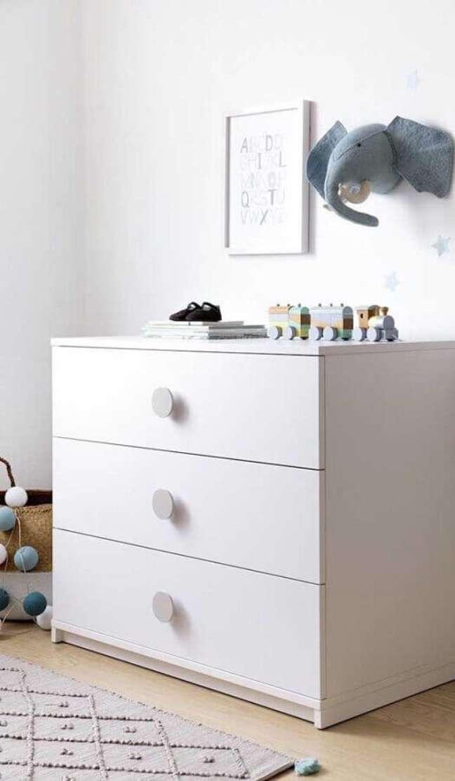 58. Quarto infantil clean decorado com cômoda branca pequena – Foto: Jeito de Casa
