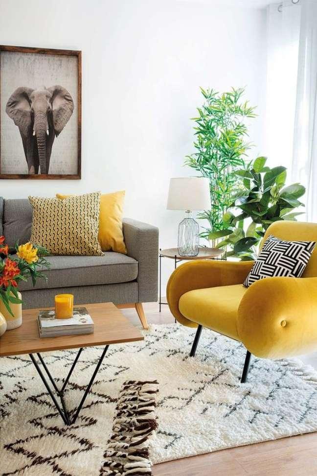 4. Sala cinza e amarela com sofá pé palito – Foto Micasa Revista