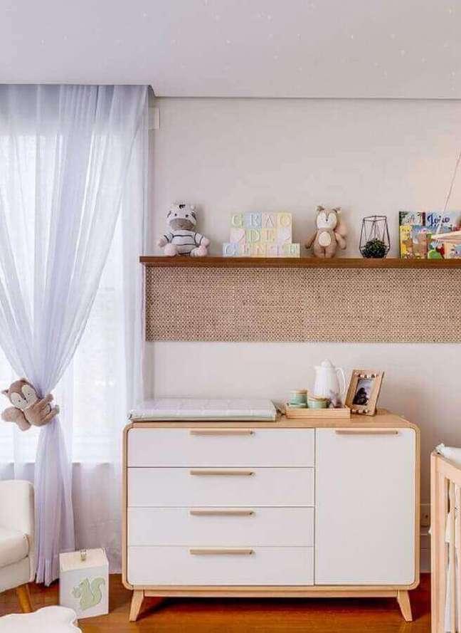 17. Cômoda branca com madeira retrô para decoração de quarto de bebê – Foto: Grão de Gente