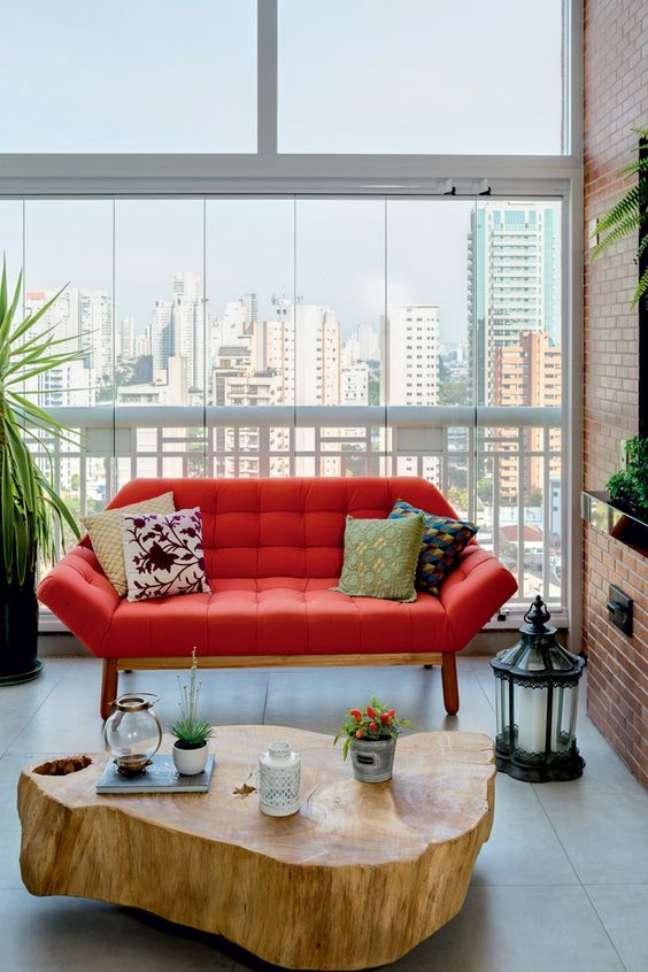 25. Sala moderna com mesa de centro rustica e sofá pé palito – Foto Casa e Jardim