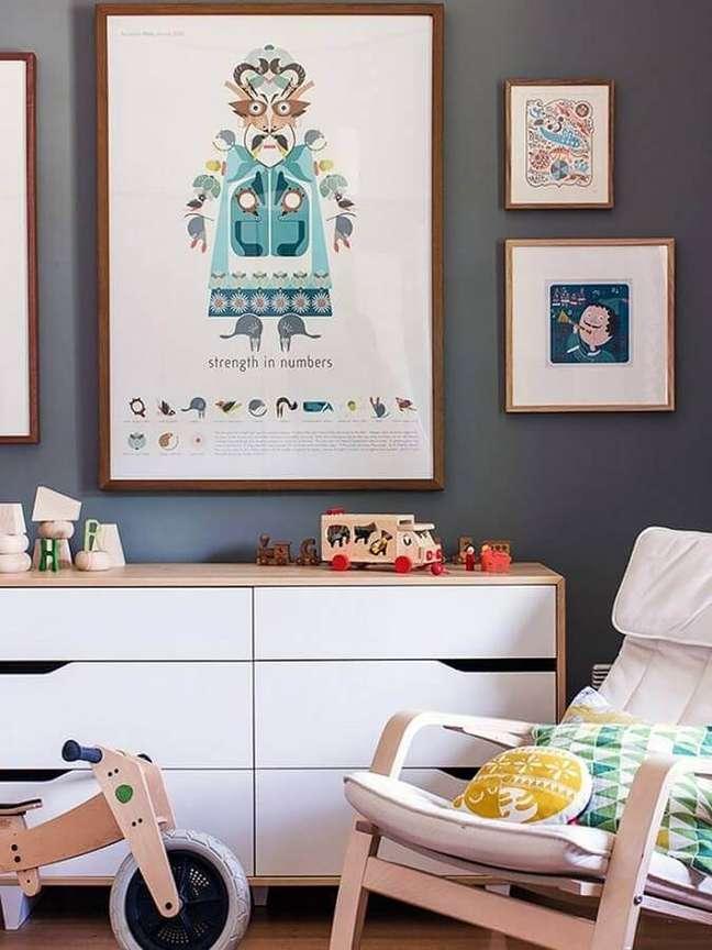 10. Cômoda branca para quarto infantil decorado com quadros para parede cinza – Foto: Home Fashion Trend
