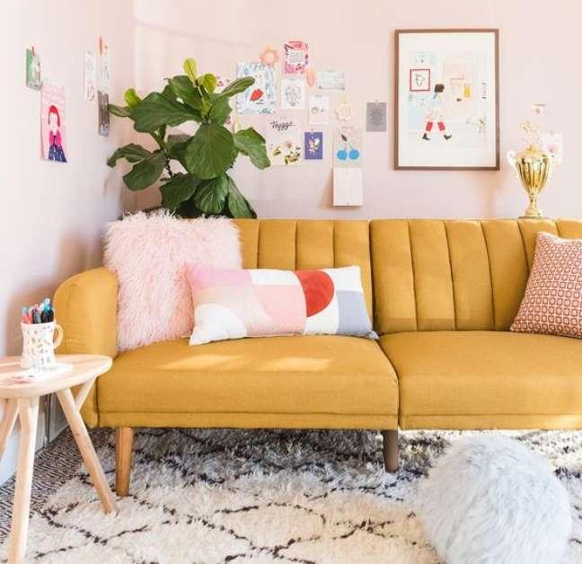 1. Sofá amarelo com pé de palito – Foto Dicas de Mulher