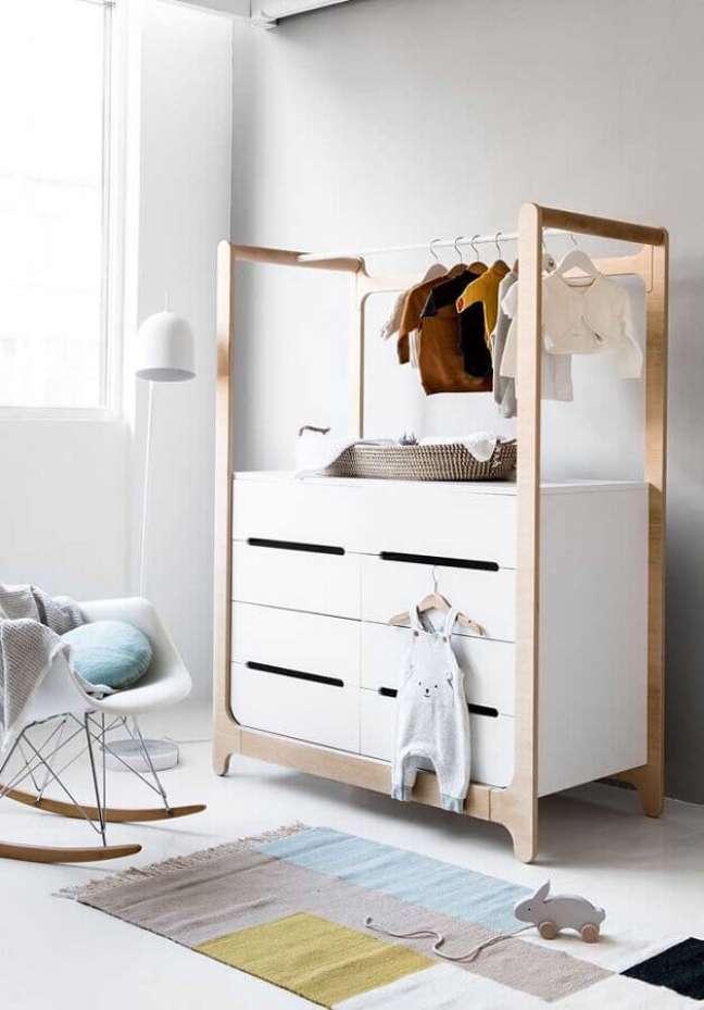 7. Cômoda branca com cabideiro para decoração de quarto de bebê – Foto: Pinterest