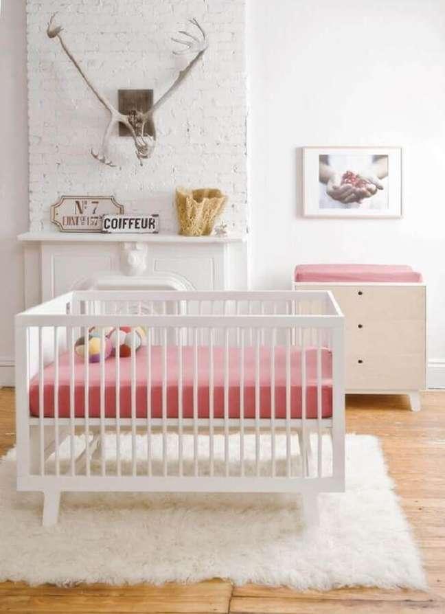 12. Cômoda branca para quarto de bebê branco e rosa decorado com tapete felpudo – Foto: Histórias de Casa