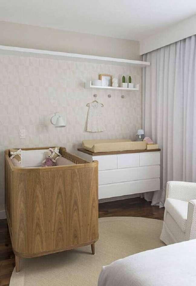 56. Quarto de bebê decorado em cores neutras com cômoda branca com madeira – Foto: Ideias Decor