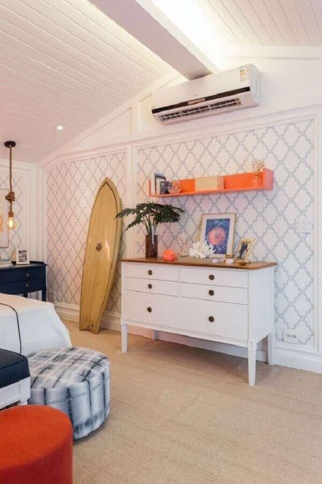 43. Decoração de quarto com papel de parede clássico e cômoda alta branca com tampo de madeira – Foto: Quartos Etc.