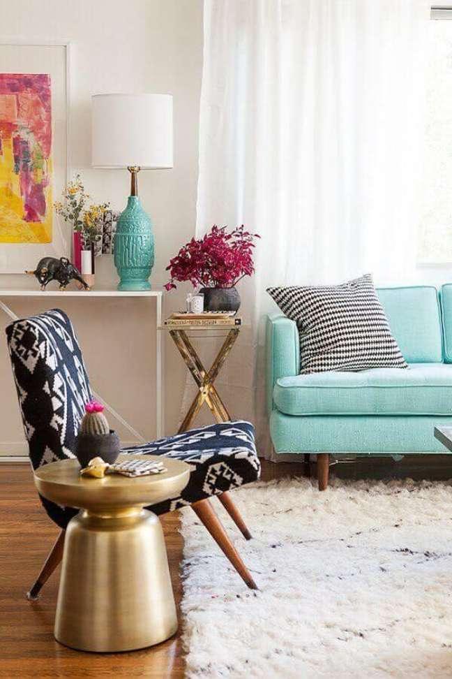 21. Sala de estar decorada com sofá pé palito verde água e poltrona preta e branca – Foto Decoist