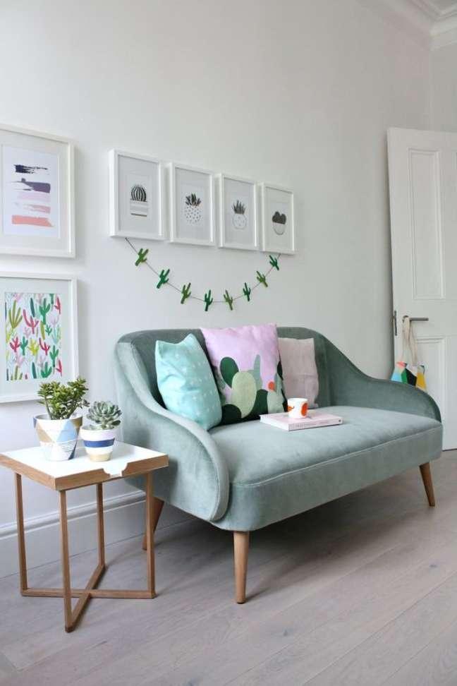 6. Pé palito para sofá verde claro com decoração clean e minimalista – Foto little Big Bell