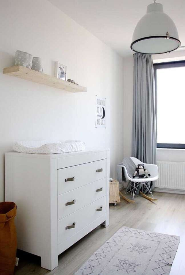 34. Decoração clean para quarto com cadeira de balanço e cômoda de bebê branca – Foto: Pinterest