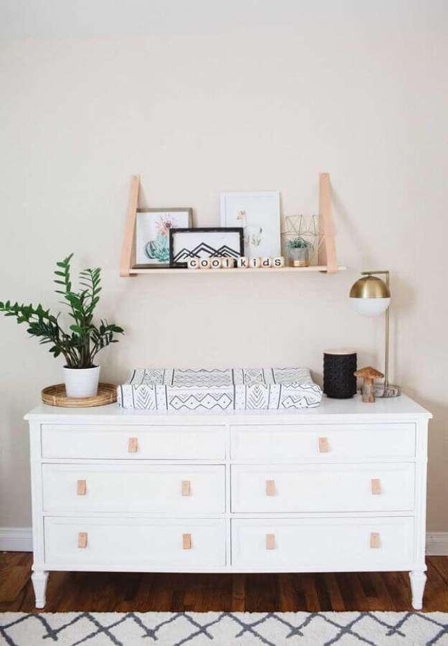 37. Decoração com prateleira de madeira e cômoda branca com puxador de couro – Foto: Houzz