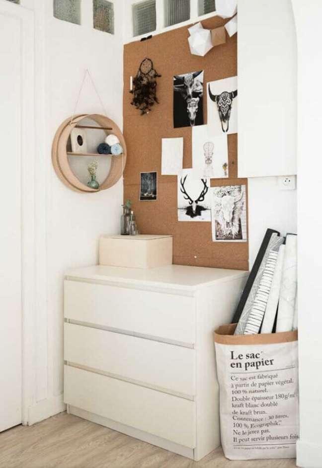 52. Decoração simples para quarto com nicho redondo e cômoda branca baixa – Foto: Houzz
