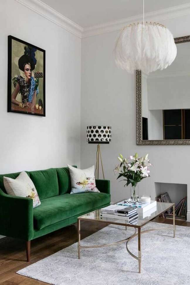 10. Sala branca clássica decorada com sofá pé palito com cor cor verde escuro – Foto Apartment Therapy