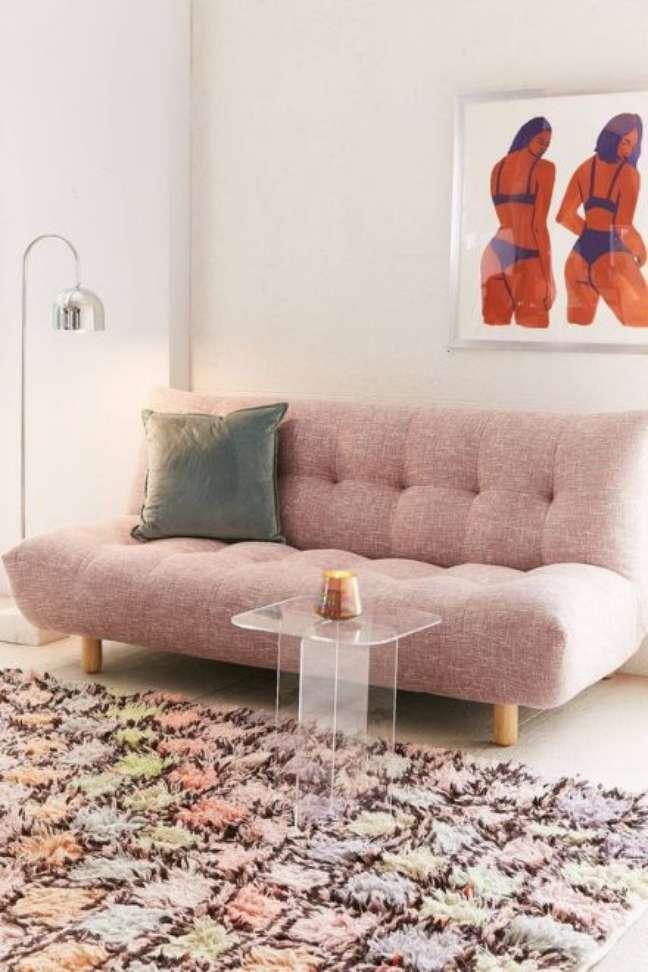 30. Sofá cama com pés de palito e decoração em tons pasteis – Foto Pinterest