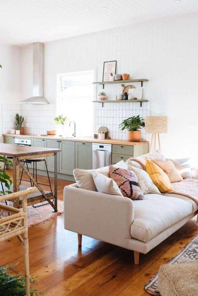 47. Casa no conceito aberto com sofá pé palito creme e armários de cozinha verde – Foto Pinterest