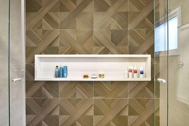 15. O banheiro do casal tem como grande destaque a área do box com revestimento Tavola Mix, da Portinari. Foto: Sidney Doll