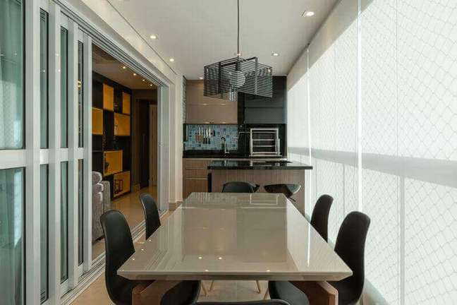 31. Lustre moderno para área gourmet decorada em cores neutras com armários planejados – Foto: LAM Arquitetura & Inteiores