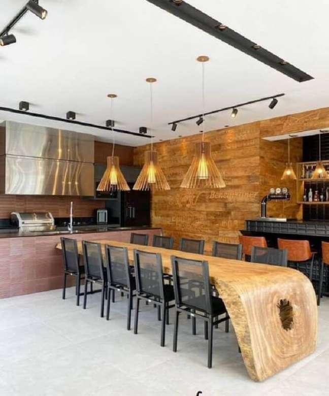 48. Lustre para área gourmet moderna decorada com mesa de madeira de demolição – Foto: Fashion Bubbles