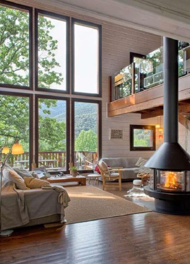 62. A lareira interna integra os ambientes do imóvel com pé direito duplo. Fonte: Pinterest