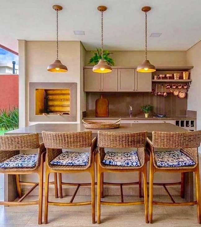 1. Cores claras para decoração com lustre para área gourmet externa – Foto: Arkpad