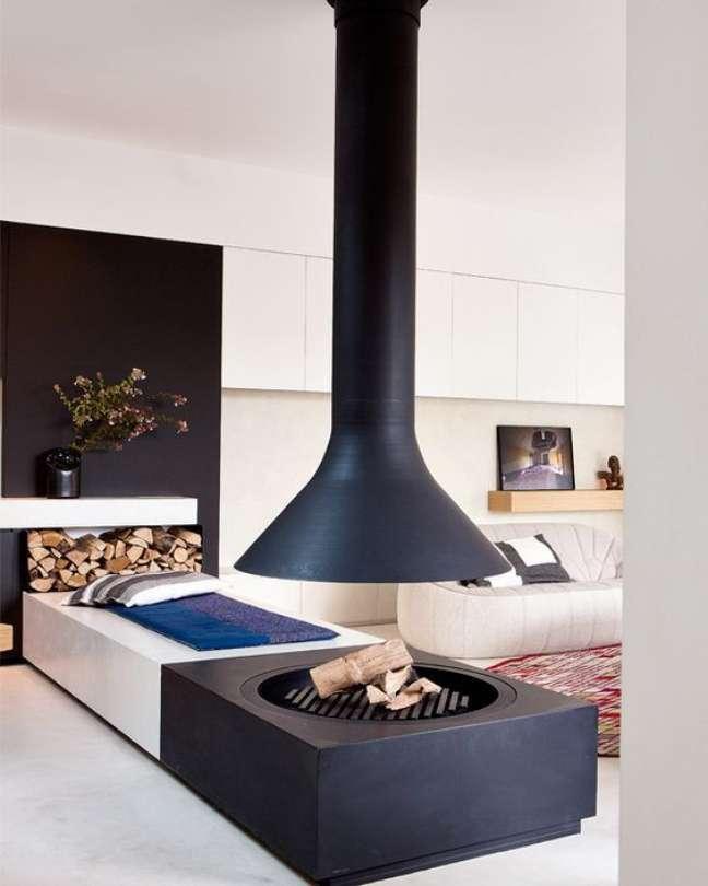 43. Sala moderna com lareira suspensa a lenha – Foto Casa Tres Chic