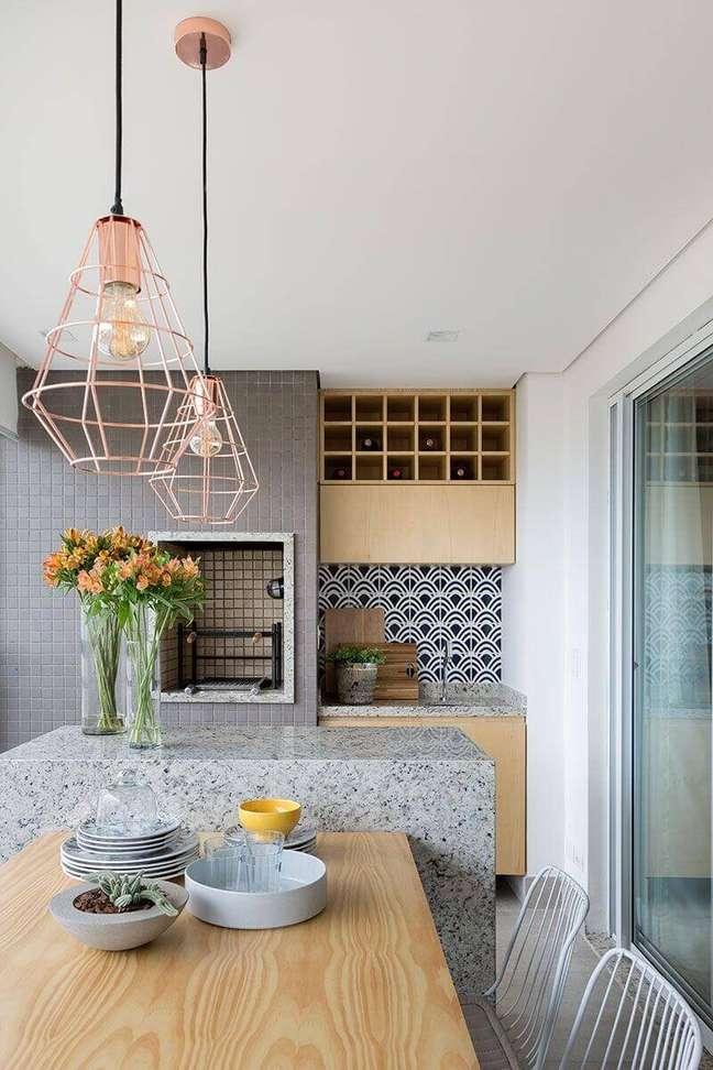 34. Lustre para área gourmet de apartamento pequeno decorada com ilha de granito – Foto: Pinterest