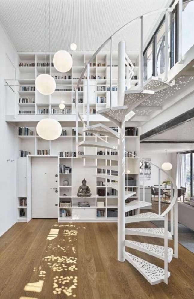 7. A escada em espiral dá acesso ao andar superior do imóvel com pé direito duplo. Fonte: Pinterest
