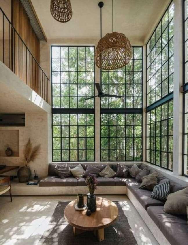 63. A paisagem externa pode ser vista de dentro do imóvel por meio das janelas amplas do imóvel com pé direito duplo. Fonte: Pinterest